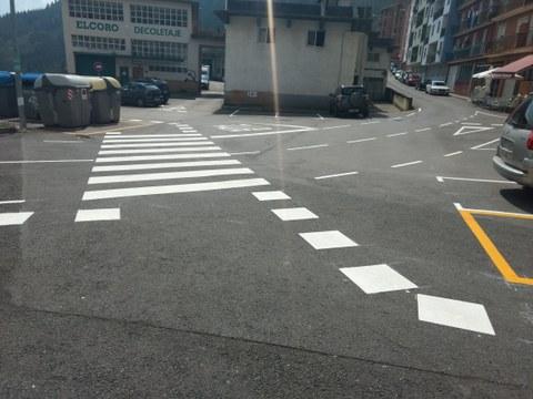 Ayer se pintó la señalización vial del cruce de Berraondokua