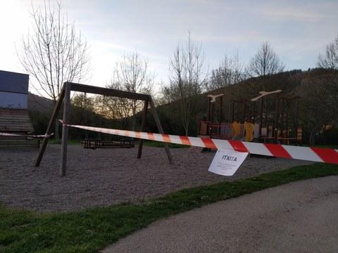 Cerrados todos los parques infantiles y el frontón municipal