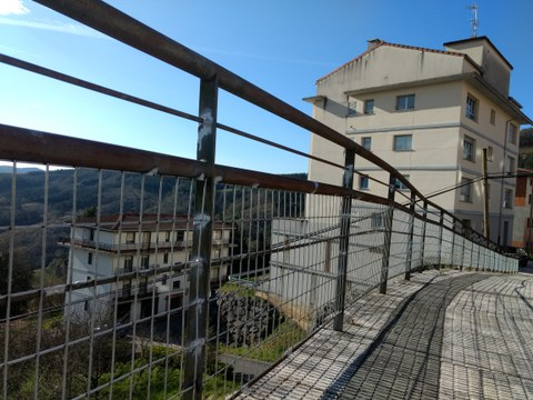 Colocadas mallas metátilcas en las barandillas escalables de Torrealdea