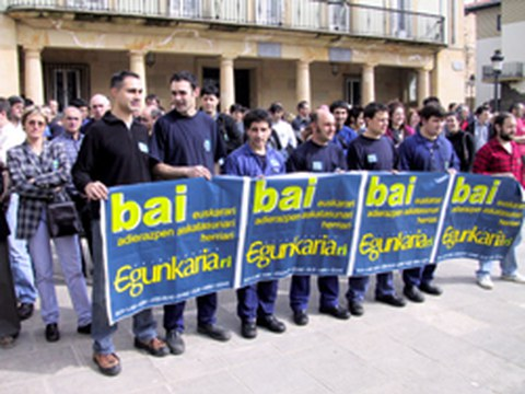 Egunkaria aurrera! Mas de 200 personas en la plaza de Elgeta