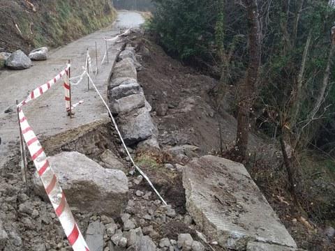 Estamos reparando el camino de Beizu y Azula, arrasado por un corrimiento de tierra